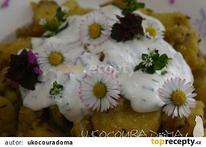 Pečené brambory na rozmarýnu s dresinkem z lučních květů