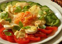 Salát s lososovým přelivem a mozzarellou