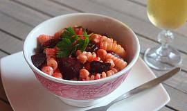 Těstovinový salát s červenou řepou, cizrnou a křenem