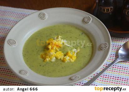 Cuketová polévka s koprem, sýrem a smaženými vejci
