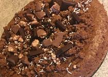 Perníkový dort s čokoládou, pomazaný medem a sušenkami