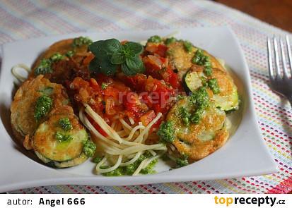 Špagety s parmazánovými cuketami, rajčaty a pestem