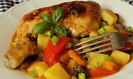 Dušená kuřecí stehna se zeleninou  v jedné pánvi