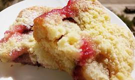Lahodný švestkový koláč s drobenkou