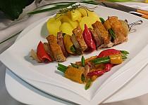 Marinovaný vepřový špíz s uzeným na zelenině
