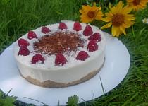 Nepečený dort s kokosovým krémem a malinami
