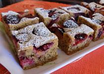 Ořechovo-krupičkový koláč se švestkami