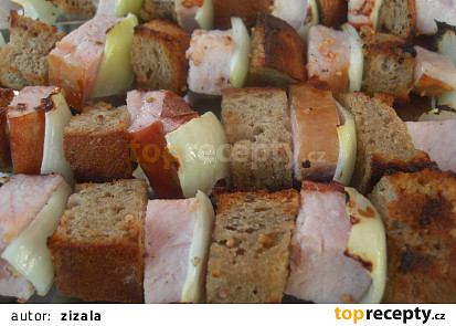 Špízy z uzeného masa a chleba