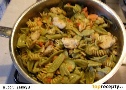 Těstoviny dvou barev a tvarů s kuřecím