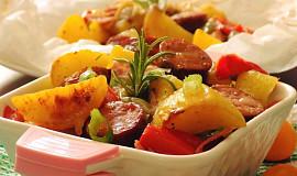 Zelenina s klobásou a slaninou pečená v papilotě