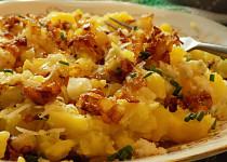 Brambory s máslovou cibulkou a dvěma druhy sýru