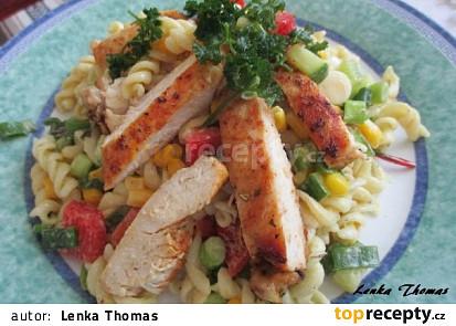 Jednoduchý těstovinový salát s kuřecím masem