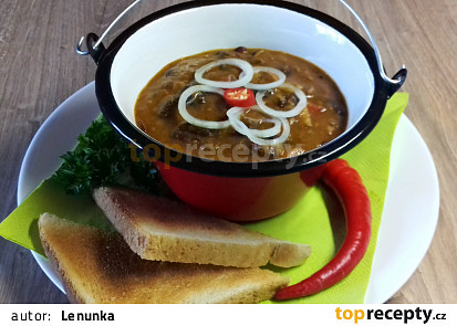 Pikantní vepřový guláš s  červenými fazolemi