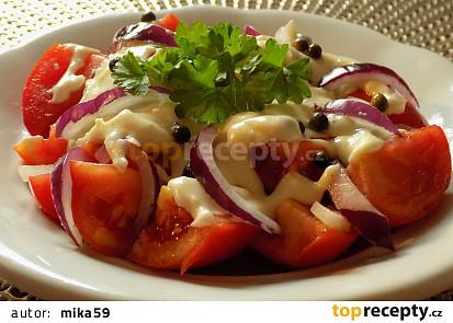 Rajčatový salát s omáčkou z nivy a zeleného pepře