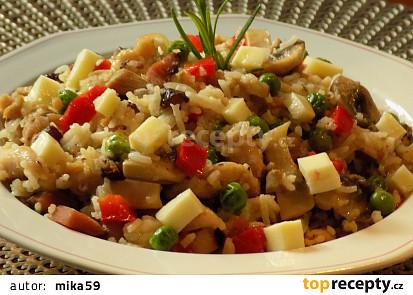 Rýže smažená s kuřecím masem a zeleninou