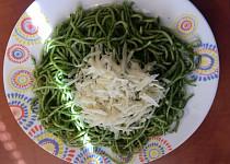 Špagety se špenátovým pestem a parmezánem