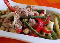 Cizrnový salát s tuňákem a zeleninou