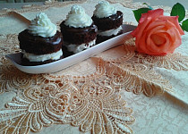 Čokoládové dortíky s tvarohovým krémem a šlehačkou