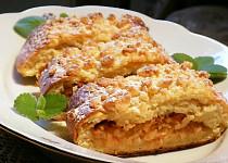 Jablkový koláč z kynutého bramborového těsta