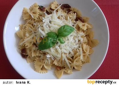 Těstoviny se sušenými rajčaty, parmezánem a bazalkou