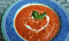 Rajčatová polévka s jogurtem