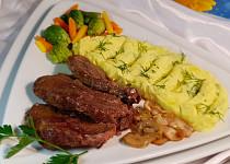 Pečená hovězí roštěná na slanině a cibuli se zeleninou