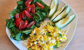 Vajíčka s avokádem a salátkem