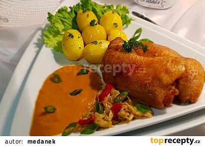 Kuřecí stehna na kapustě a zelenině.