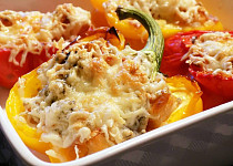 Papriky zapečené s krutonky a Nivou