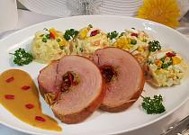 Pečená vepřová kýta na zelenině a slanině