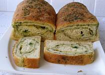 Bylinkový chlebíček s česnekem a sýrem