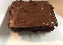 Kakaovo-jablečný koláč s ořechy a čokoládovou polevou