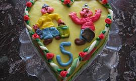 Piškotový dort, zdobený mléčným marcipánem
