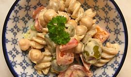 Těstovinový salát s cizrnou, zeleninou a olivami