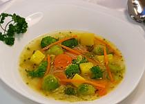 Zeleninová polévka s kapustičkami a brokolicí