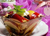 Jablkový salát s medem, ořechy a brusinkami