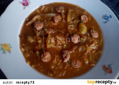 Kapustová polévka s vinnou klobásou