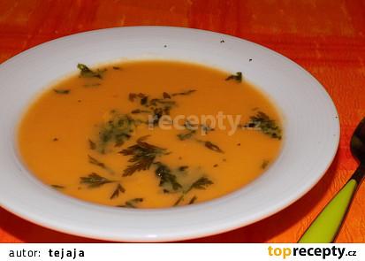 Mrkvová polévka s arašidovým máslem