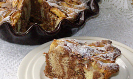 Piškotový koláč s ořechy a jablky