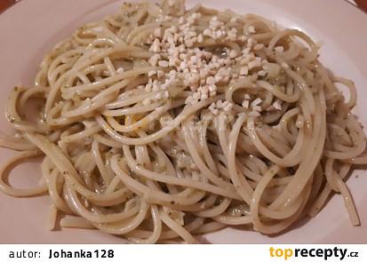 Špagety s bazalkovým pestem a mandlemi
