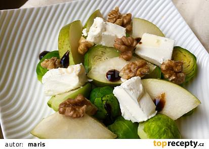 Salát z kapustiček s hruškou, kozím sýrem a ořechy
