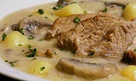 Vařené vepřové v omáčce s brambory a žampiony