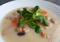 Bílá fazolová polévka s  klobásou