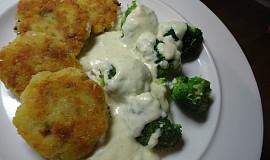 Bramborové placky a brokolice v sýrové omáčce