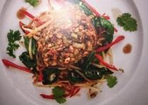 Hovězí svíčková v arašidové kůrce s teplým salátem ze sojových klíčků a limetko-koriandrovou omáčkou
