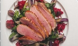 Křehká kachní prsíčka s čerstvými brusinkami, hlívou ústřičnou a fialovými bramborami