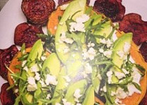 Orientální 'Kumpir' ze sladkých brambor s rukolou, avokádem, koriandro-kyselou smetanou a chipsy