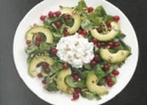Posilující salát s limetovou zálivkou, červeným rybízem a tvarohovým sýrem