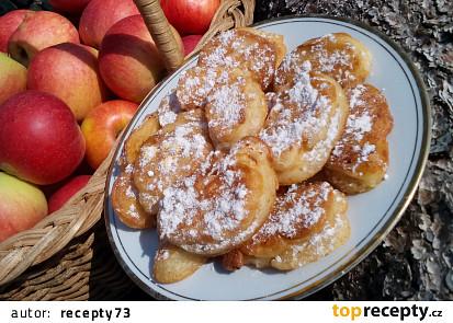 Smažená jablka (ovoce) v těstíčku
