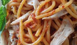 Špagety s pestem ze sušených rajčat a trhaným kuřecím masem